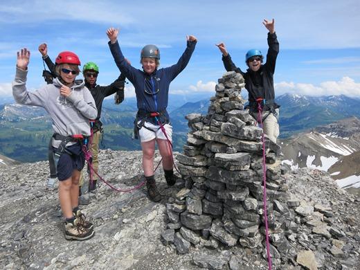 De kinderen beklimmen de top !