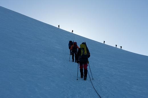 Zwoegend naar de top