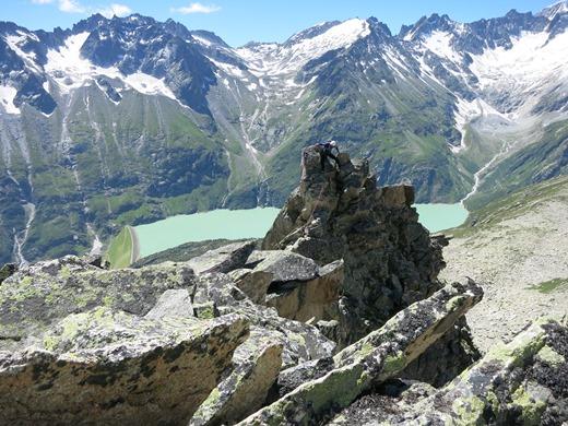De Goscheneralp Stau See vormt een mooi contrast met de omgeving