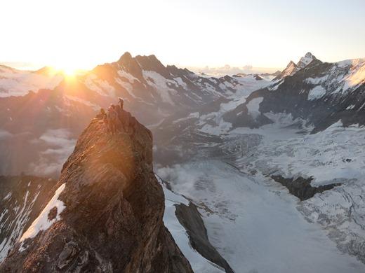Luchtig klimmen met op de achtergrond de Schreckhorn en de Lauteraarhorn