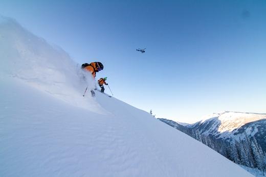 De helikopter op de achtergrond bij prachtig skien
