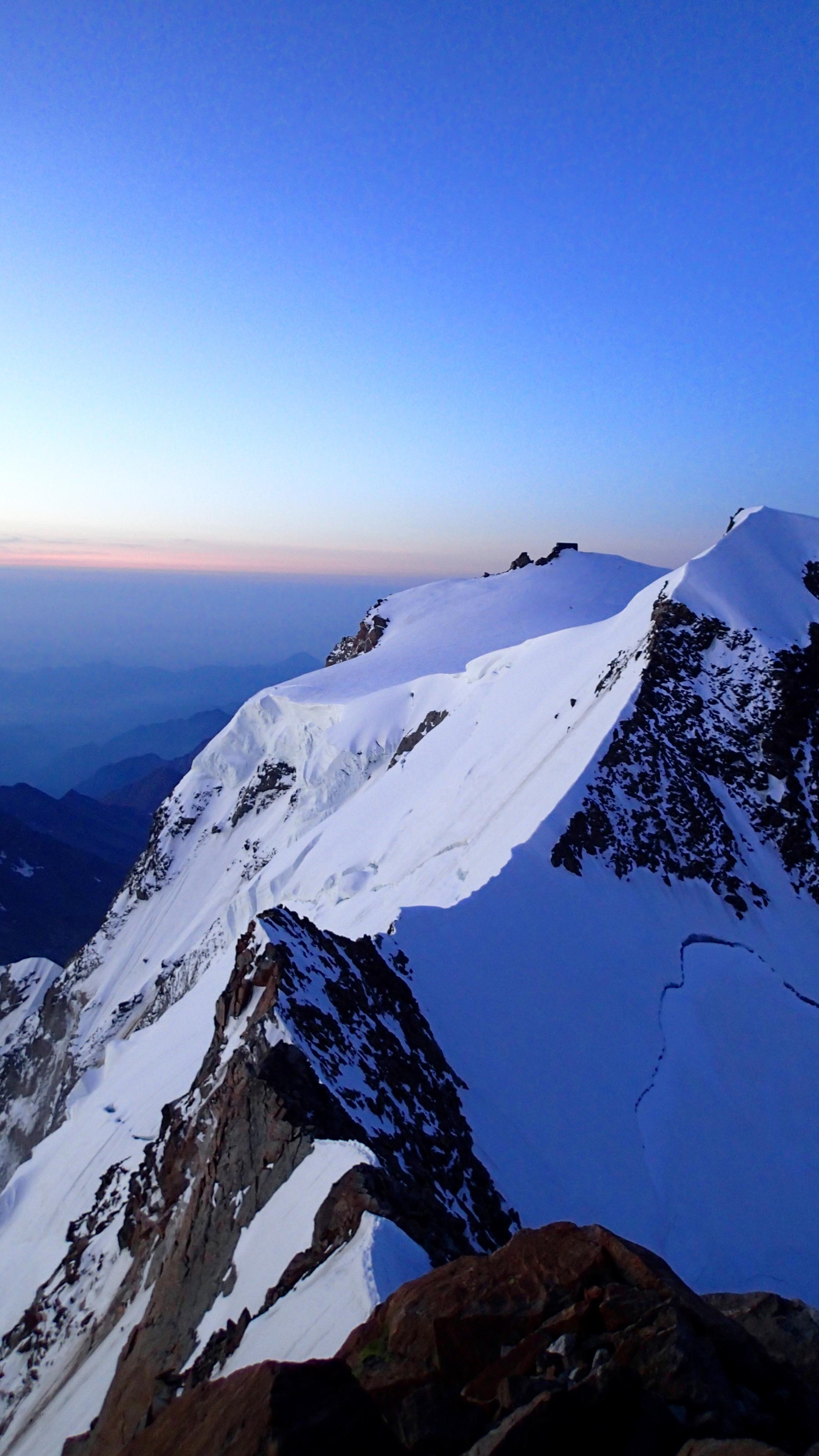 De Zumsteinspitze en het Grenzsattel zijn goed zichtbaar