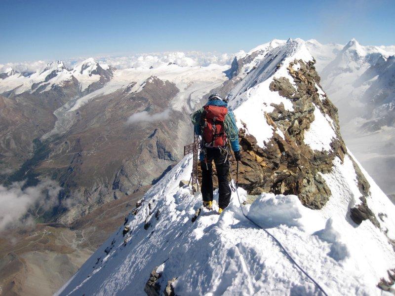 Van de Italiaanse naar de Zwitserse top van de Matterhorn