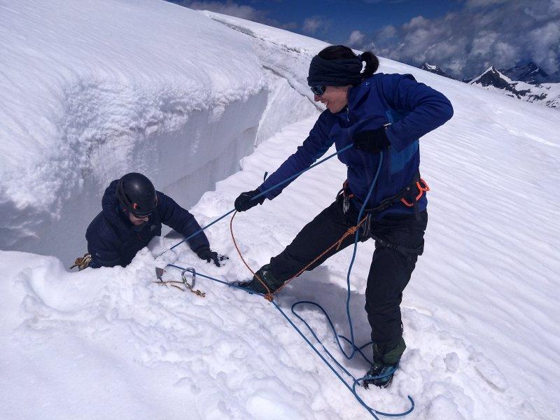 Oefenen van de Seilrolle bij de beginnerscursus alpinisme